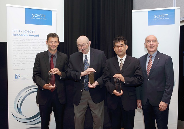 For their pioneering work in the field of glass strength, Jean-Pierre Guin Ph.D. (Université de Rennes, France), Sheldon Wiederhorn, Ph.D. (National Institute of Standards and Technology, United States) and Professor Satoshi Yoshida (University of Shiga Perfecture, Hikone, Japan) (from left to right), received the 14th Otto Schott Research Award. SCHOTT Research Fellow and member of the Board of Trustees of the Ernst Abbe Fund, Roland Langfeld, Ph.D., presented the prize at a conference of the Society of Glass Technology in Sheffield, Great Britain. Photo: SCHOTT