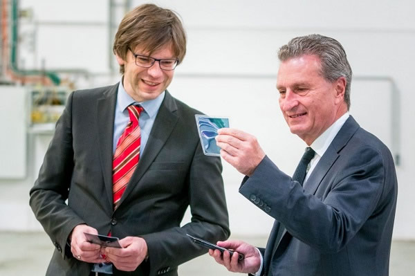 Heliatek welcomes EU-Commissioner Oettinger and Dr. Rößler, the president of the Saxon Parliament