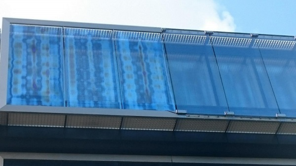 Figure 1 - Facade with tempered glass panes, left strong anisotropies and right low anisotropy, no polarising filters used (Luxembourg)