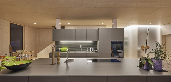 Functional and aesthetic: almost completely panelled in glass, the kitchen presents a clean and yet elegant design.