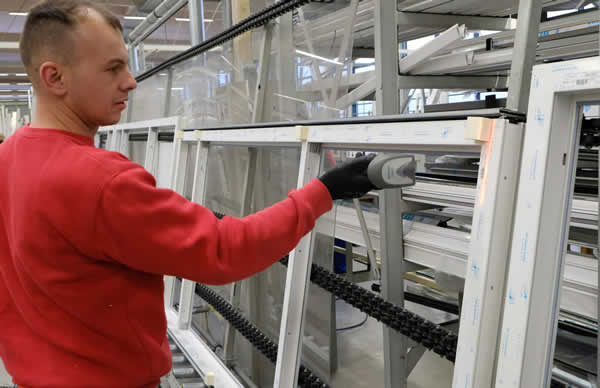 After the employee in glazing has scanned the barcode label on the sash, the A+W Cantor system automatically provides the sheet in question from the glass buffer.