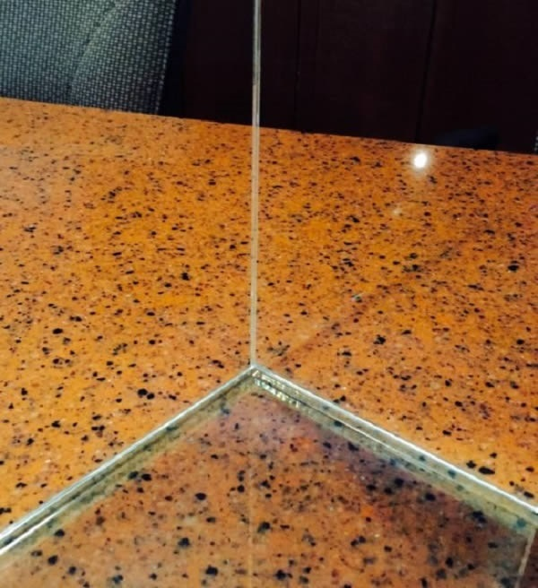 Close-up of the inside of the glass bonded corner. © JIT Companies Inc.