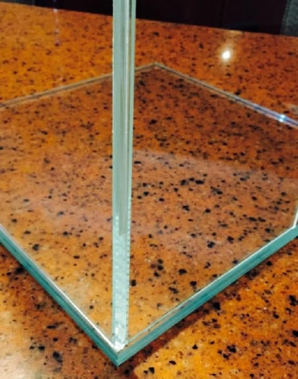 Close-up of the outside of the glass bonded corner. © JIT Companies Inc.