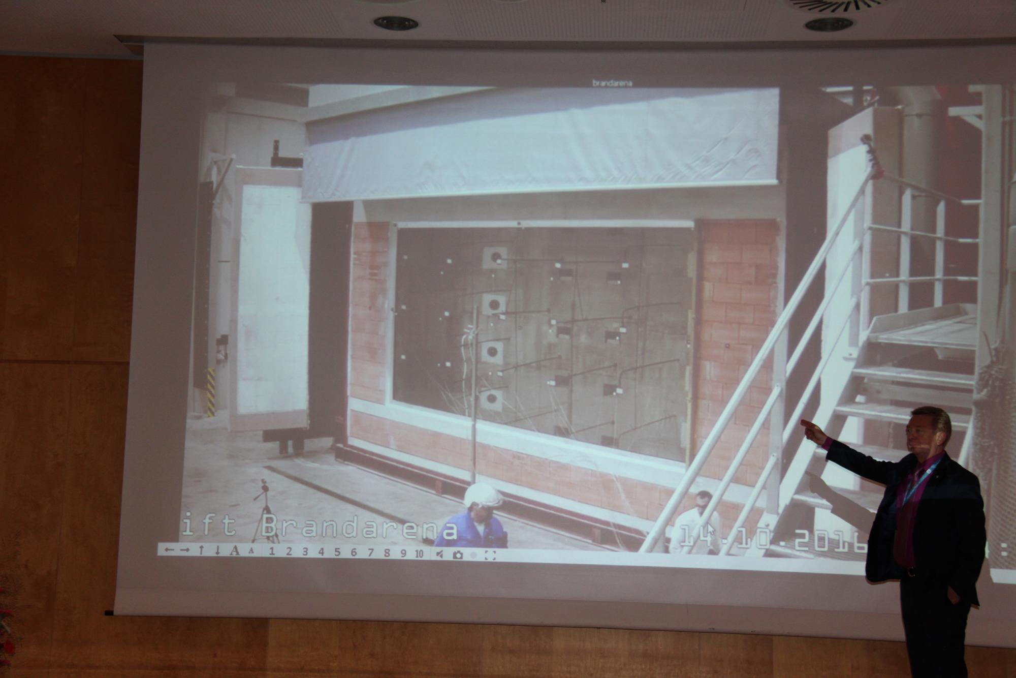 Thanks to modern technology, the largest fire resistance test in the world of a fire safety glazing was transmitted with multiple camera settings to the Congress Centre. (Source: ift Rosenheim)