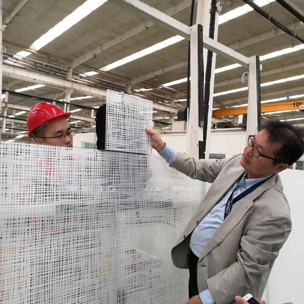 Customers compare the lines and light transmission between finished products and sealed samples on site
