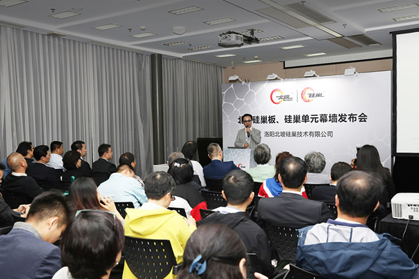 Gao Xueming, Chairman of NorthGlass and NorthGlass SiNest, introduced the technological innovation achievements of SiNest