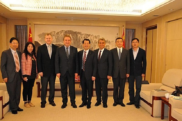 Peng Shou meets with CEO Ahmet Kirman of Turkey Sisecam Group
