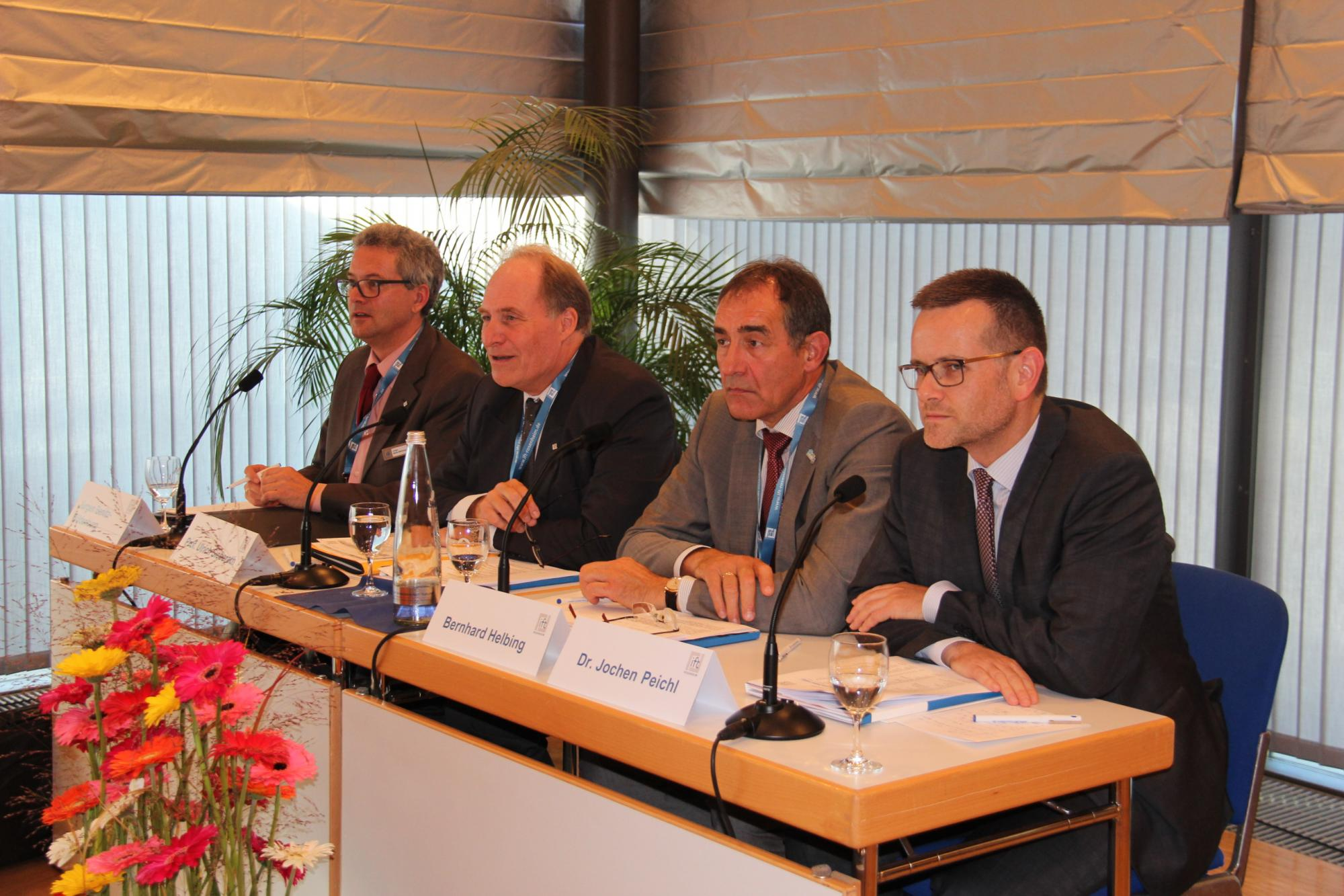 The Chairman and the Institute Management reporting to 35 domestic and foreign journalists about the activities of ift Rosenheim and current industry trends. (from left to right: Jürgen Benitz-Wildenburg, Prof. Ulrich Sieberath, Bernhard Helbing, Dr. Jochen Peichl) (Source: ift Rosenheim)
