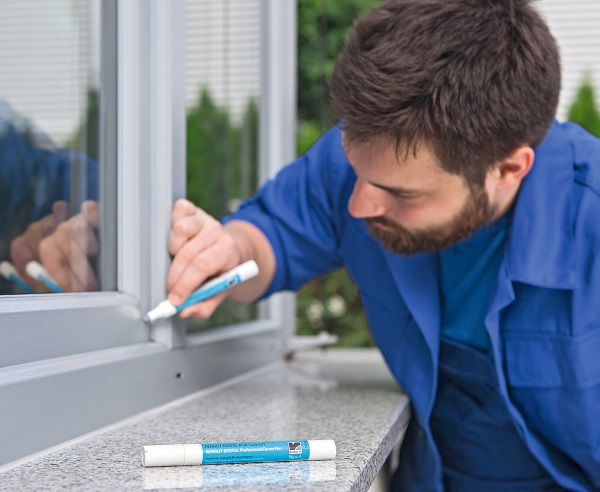 The RENOLIT EXOFOL Professional Corner Pen enables matching of welded seams on mitred joints.