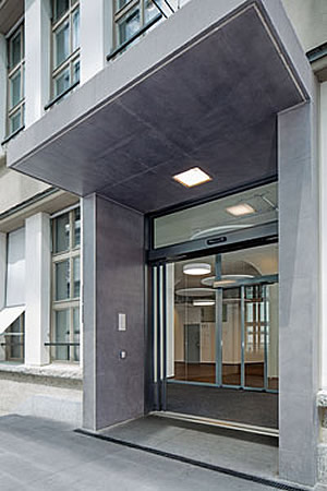 Access to the KV Zurich Business School at the side façade: Maximum door opening in limited space: four-leaf automatic telescopic sliding door with Slimdrive SLT drive systems in escape route design. Photo: GEZE GmbH