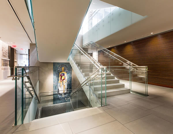 1-inch thick low-iron glass with PVB interlayer utilized throughout the 20 Washington Road project on stairs, landings and overlooks Photo: ©RicardoBarros.com