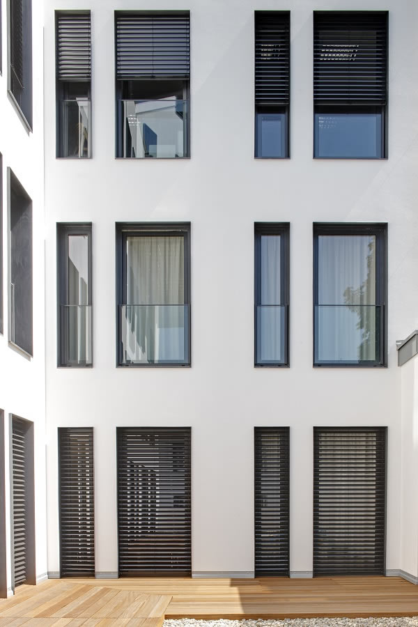 Schüco AutomotiveFinish creates highly thermally insulated PVC-U windows in attractive trend colours.