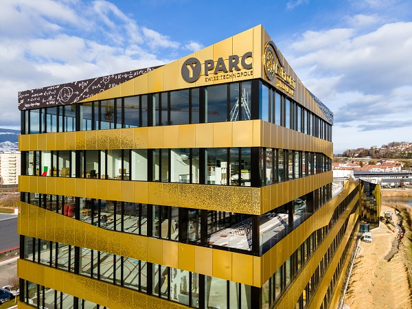 While the cubature of the building as a whole fits well into its surroundings as a long, low structure, the business part of the building has three additional floors.  © EXPLORE
