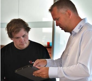 Petter Rakvåg (left) is constantly advancing the digitalization of his family-owned company; as the IT manager, he is the most important contact person for A+W. Right: Pontus Levin, Director A+W Scandinavia and Sales Support Agent for Rakvåg.