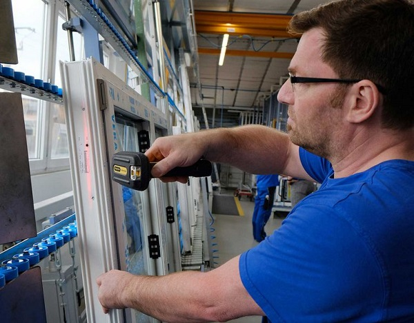 Glazing: the employee retrieves the information about the rack and rack slot where the glazing beads are via barcode scan. At the same time, the glazing status is reported to A+W Cantor CIM.