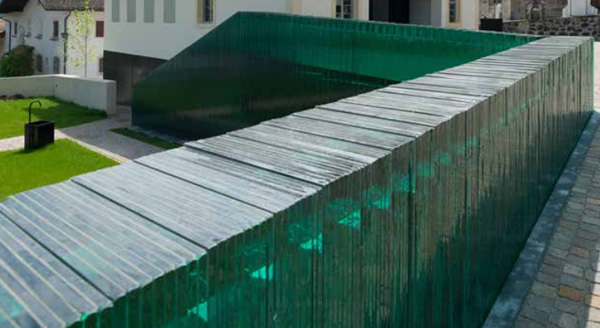 The wall consists of several panes of laminated safety glass containing 0.76 mm thick Trosifol® Ultraclear Polyvinyl butyral (PvB) film.