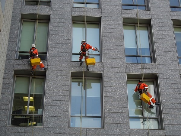Comparing Facade Access Solutions and Building Maintenance Units