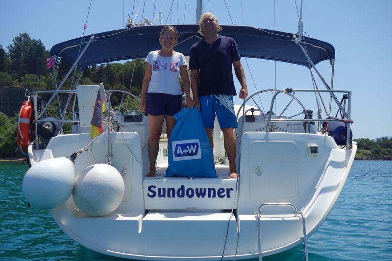 On their sailing trip through the Mediterranean Sea Jessica und Stefan free the beaches from plastic waste.