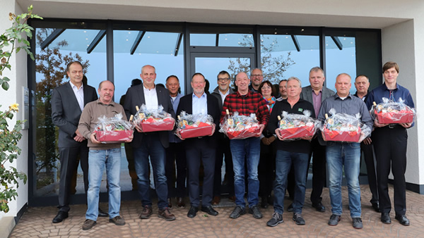 Image 1: HEGLA celebrates colleagues who have given 25 and 40 years of service to the company, as well as several colleagues who are now entering their well-earned retirement. Not pictured: Rudolf Altmann, Karl-Heinz Büchsenschütz, Jürgen Sobireg and Gerd Spieker.