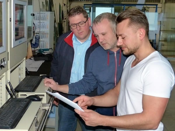 Coordination in the TG production: Managing Director Thomas Pinnekamp with the head of IT and the furn-ace operator (from left)