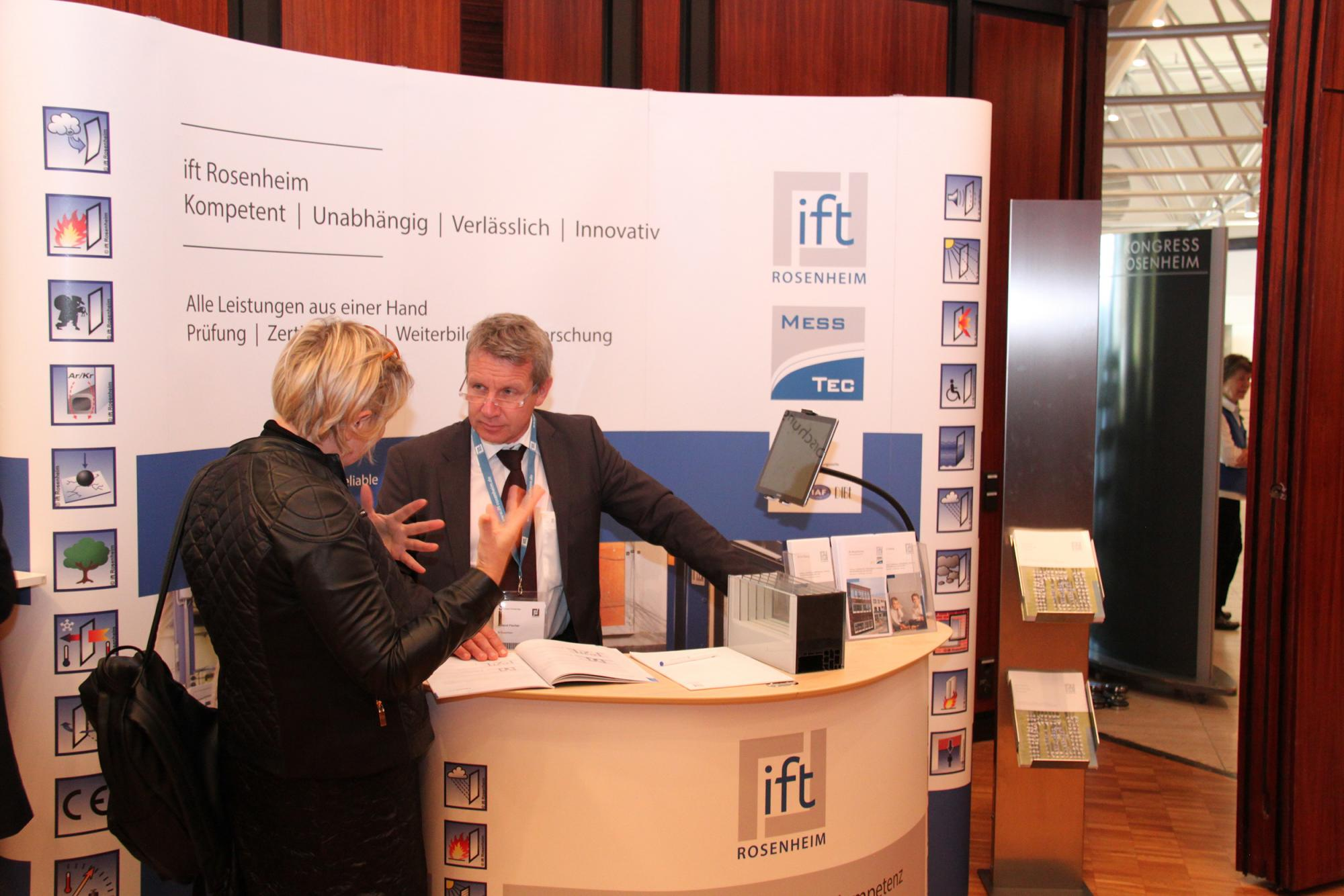 "Roland Fischer ""in dialogue"" with customers at the new ift Trade Fair stand including ift experts that can be reserved by ift customers flexibly for events. (Source: ift Rosenheim)"