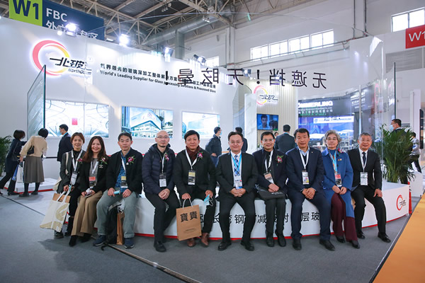 Mr. Zhong Jishou, Assistent to the president of Architectural Society of China, assistent to the president of China Architecture Design & Research Group, came to the NorthGlass booth