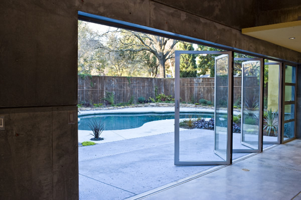 This SL45 outswing glass wall provides seamless transition from the house to the pool.
