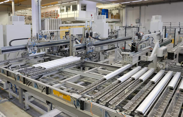 The completely automatic Schirmer processing center handles all processings on the bars and stacks processed profiles in slot carts.