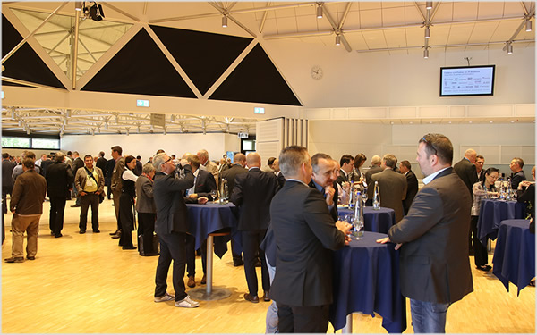 Guests of the Rosenheim Window and Facade Conference talking shop during the breaks (Source: ift Rosenheim)