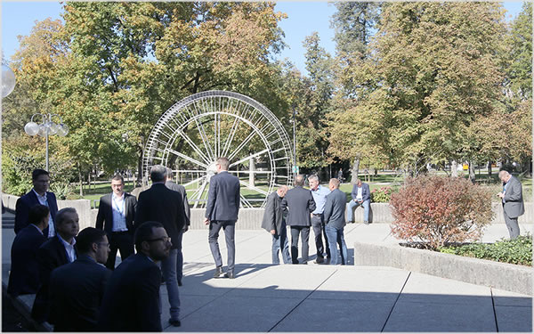 The participants of the Rosenheim Window and Facade Conference enjoy the professional exchange on the Plaza in front of the Culture and Congress Centre. (Source: ift Rosenheim)