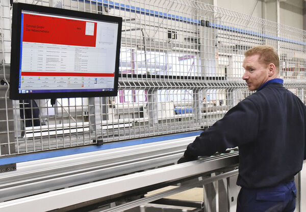 Monitors instead of paper: A+W Cantor CIM screens display all the data that the machine operator needs.