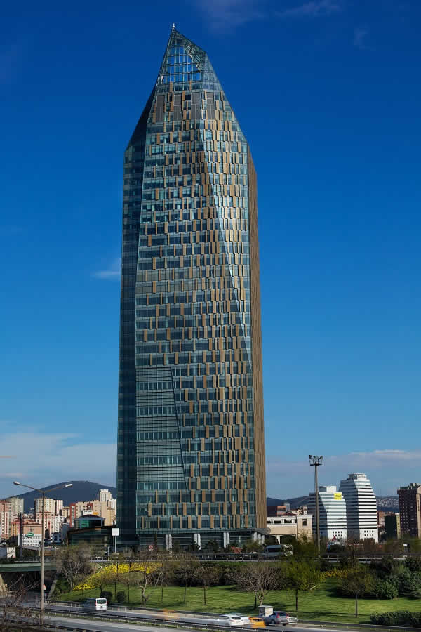 The Allianz Tower in Istanbul: a 185.5 m, 40 storey office building featuring the latest building technology which was the first building in Turkey to receive the LEED Platinum certificate. The texture and ornamentation in the façade make reference to the architectural language of the Orient.