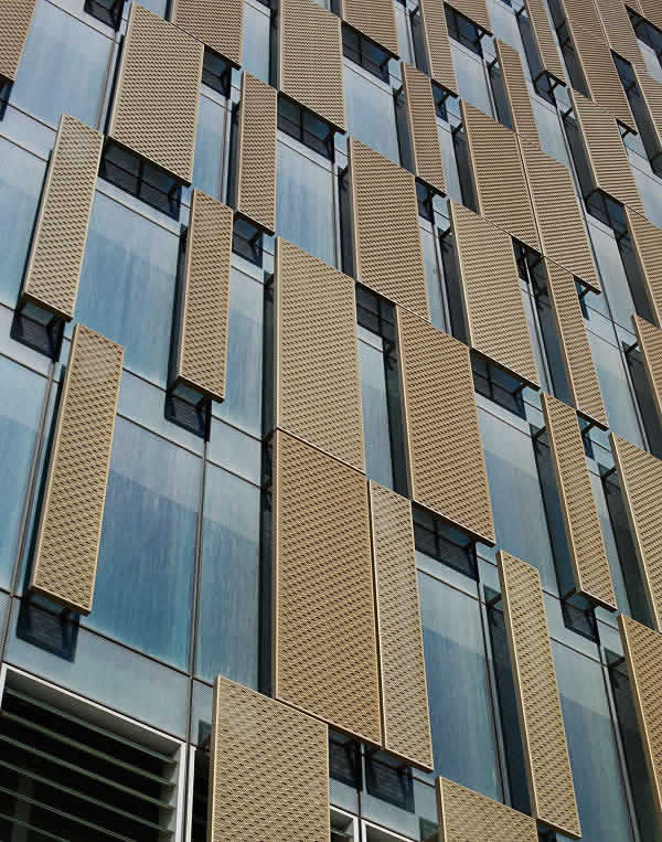Fixed solar shading panels with brilliant gold, translucent surfaces provide a contrast to the reflective solar shading glazing. The number and arrangement of the shading surfaces depend on requirements and the orientation of the respective façade area.
