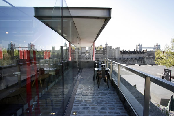 Structural glass box extension to a listed cafe near the tower of London