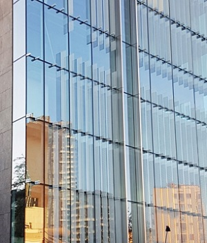 The transparent glass cladding dramatically improves the amount of daylight inside the building. (Source: Stahlbau Pichler, Bolzano).