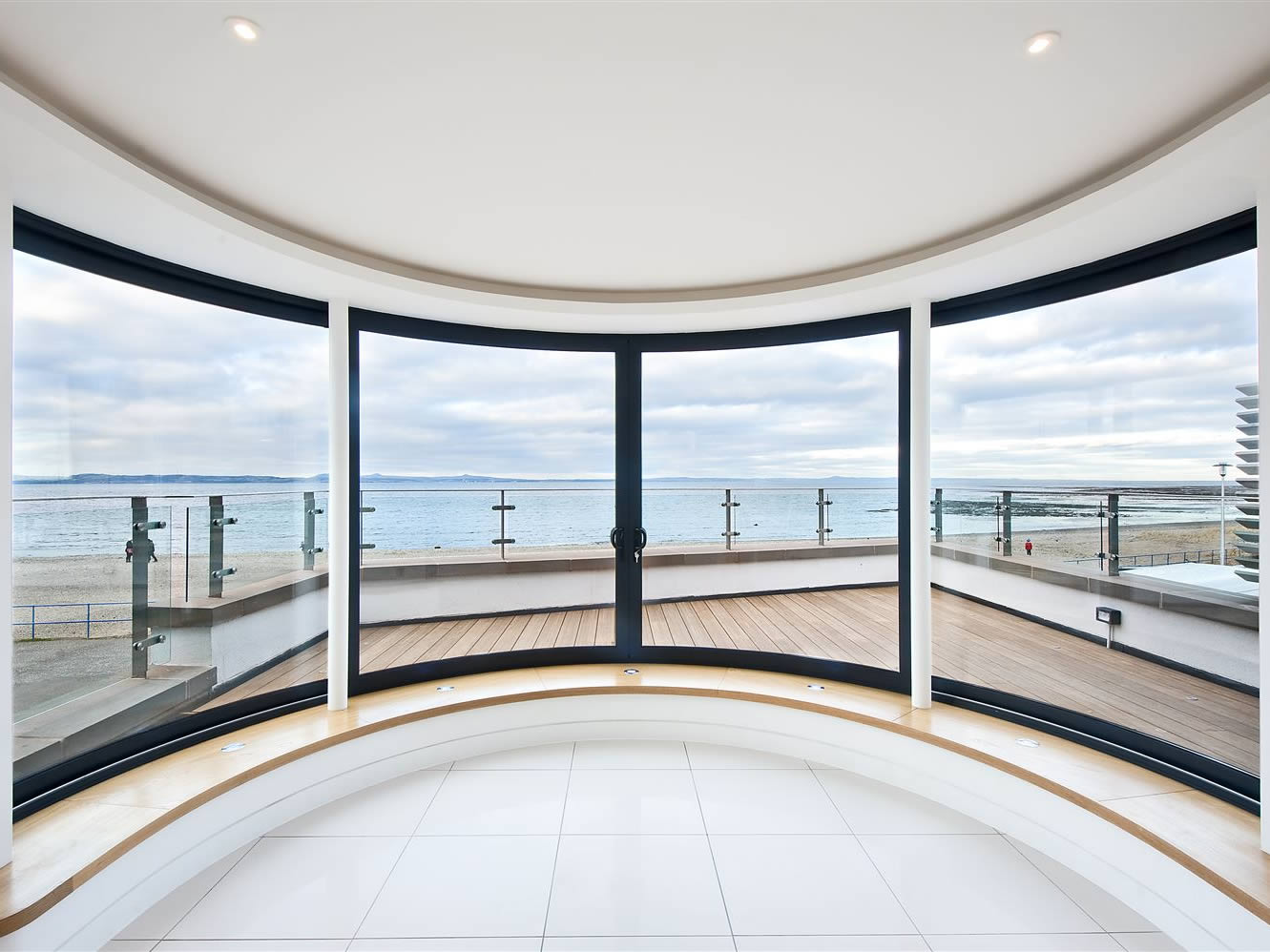 Curved windows thrust for the view at promenade house for Curved windows