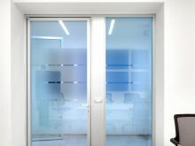 Doors in frosted glass: the sandblasting technique