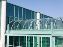 Cold bending makes it possible to place curvatures on glass immediately before installation. (Photo credit: Lisec Austria GmbH)