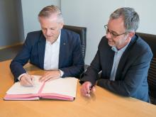 (From left) Andreas Engelhardt, Managing Partner of Schüco, and Walther Sälzer signing the contract.