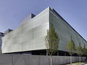 The FACID textile façade system gives the façade of the surgical centre in the Großhadern district of Munich a three-dimensional appearance.