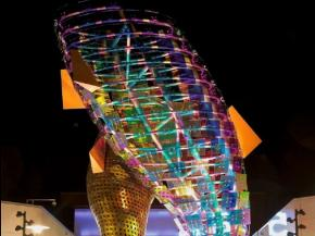 "Goldray's award-winning ""fish icon sculpture"" fabricated with Vitro Architectural Glass"