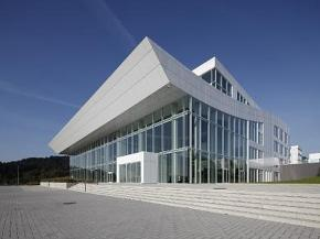 GEZE automatic sliding door systems in the glass façade of the ABUS KranHaus.