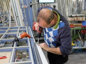 Despite all the digitalisation and automation in window manufacturing there are still jobs that are done by hand. Photo: 3E-Datentechnik.