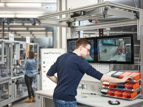 Manual workplaces are actively integrated into Industry 4.0 so that production can be made even more flexible overall.  Photo: SmartFactory / C. Arnoldi