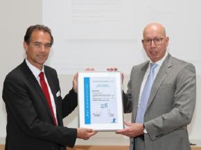 Stefan Schäfer, member of the Management Board and Chief Product & Marketing Officer at profine, receives the certificate from pro-K's Managing Director Ralf Olsen.