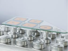 Round and square suction cups allow a flexible and secure all-round machining.