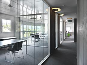 The partition glass walls put in communication environments