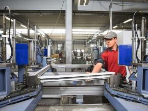 On the production line, we find the current machine generation from Rotox: here a sash is welded in one step.