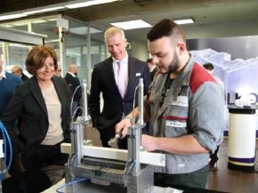 Industrial mechanic trainee Sebastian Weller presented his project work to Minister President Dreyer.