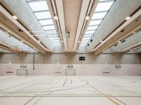 Plenty of daylight despite strong sun protection: OKASOLAR 3D in the triple-sized sports hall at the LESC.